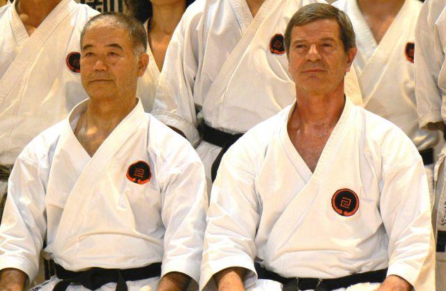 Cette image représente le Senseï Bernard Cousin (sur la droite) aux cotés de celui qui a été son modèle Senseï Morio Higaonna (Okinawa - Japon)